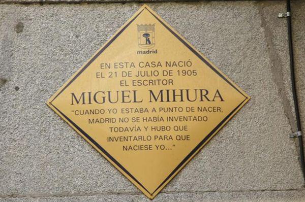 Placa conmemorativa en homenaje a Miguel Mihura situada en la C/ Libertad, 5 | Fotografía: Somos Chueca