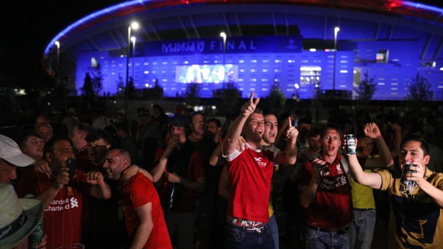 Archivo - Aficionados del Liverpool celebran la victoria de su equipo en la final de la copa de Europa en los aledaños del estadio Wanda Metropolitano de Madird
