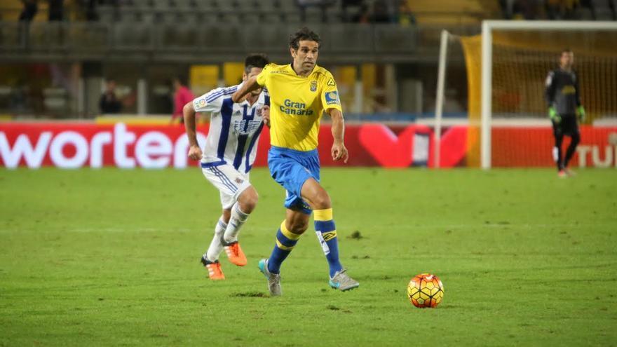 Juan Carlos Valerón conduce el balón.