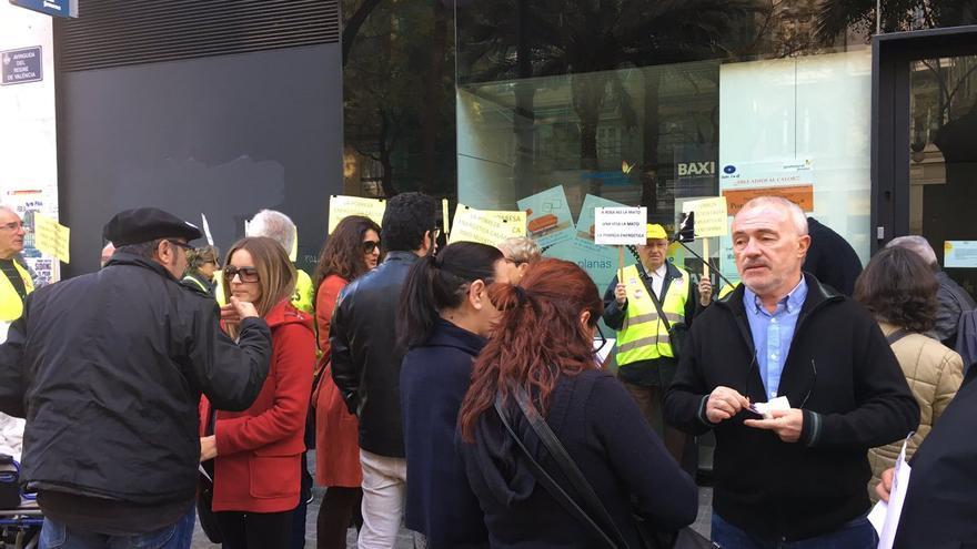 Concentración de Podemos frente a la sede de Gas Natural en Valencia.