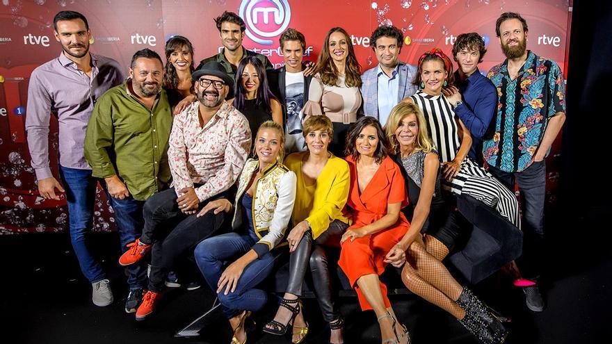 Los concursantes de MasterChef Celebrity 2, junto a la presentadora Eva González y los jueces