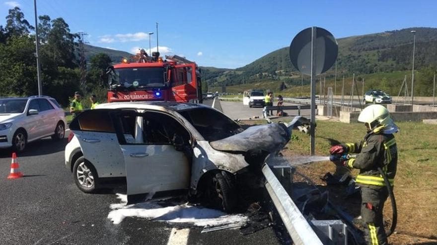 Salen ilesos tras salirse de la vía e incendiarse su vehículo