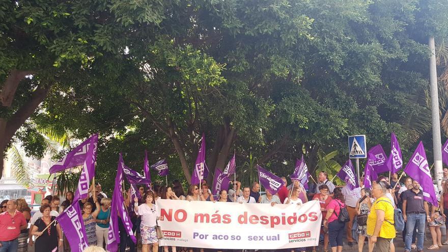Imagen de la concentración ante el hotel, en Torremolinos