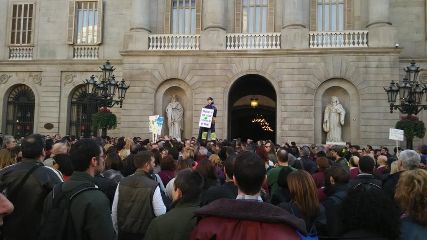 Los trabajadores del Metro de Barcelona se manifiestan frente a la sede consistorial de Barcelona