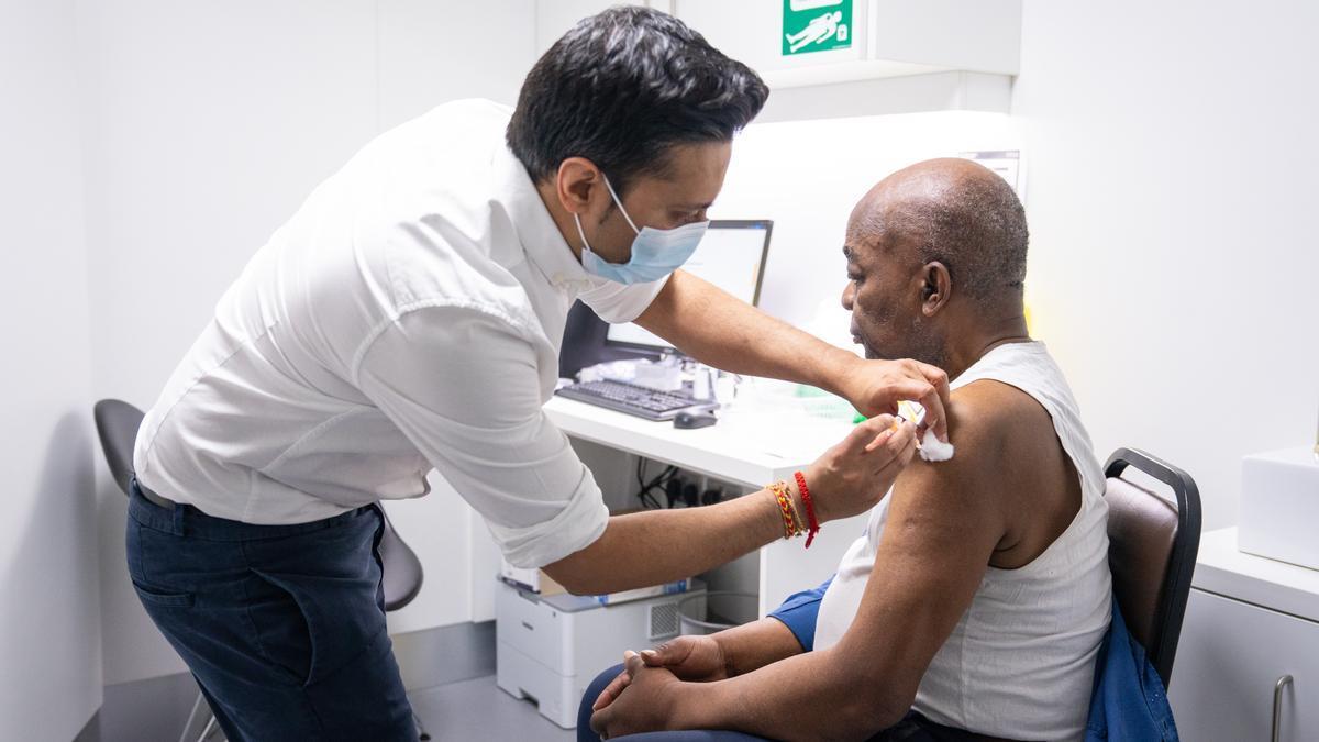 Un sanitario administra la vacuna de AstraZeneca a un ciudadano de Londres