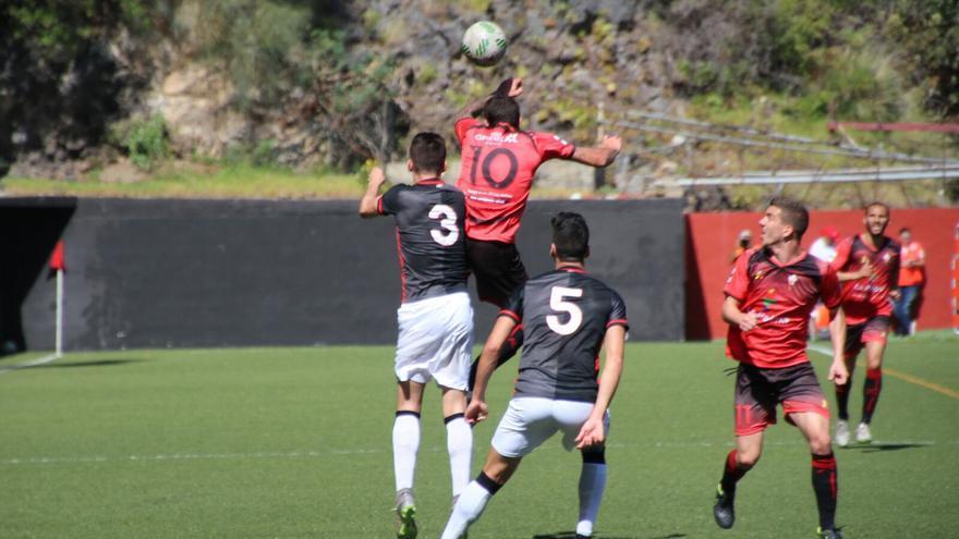 Una jugada del partido este domingo en el estadio Silvestre Carrillo. Foto: JOSÉ AYUT.