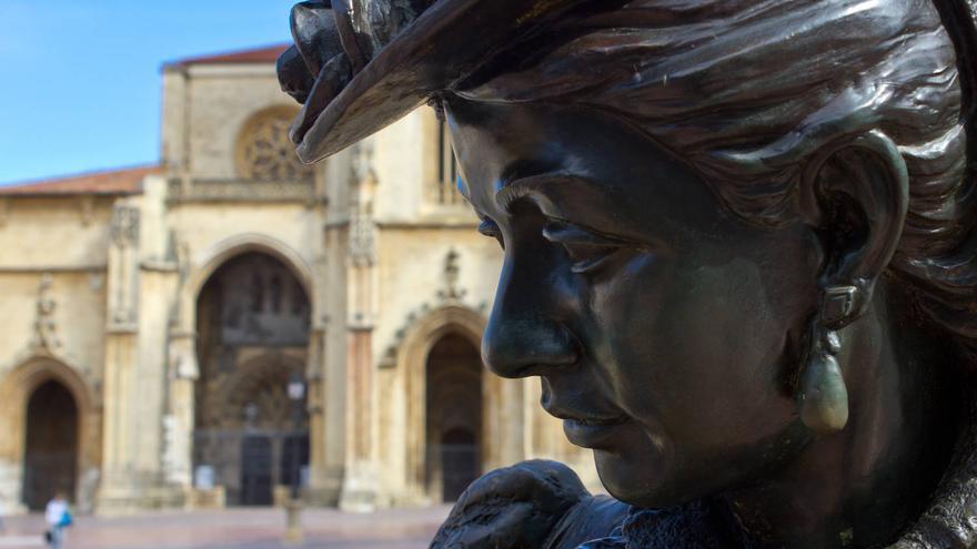 Estatua de La Regenta en la Plaza de Alfonso II El Casto de Oviedo.