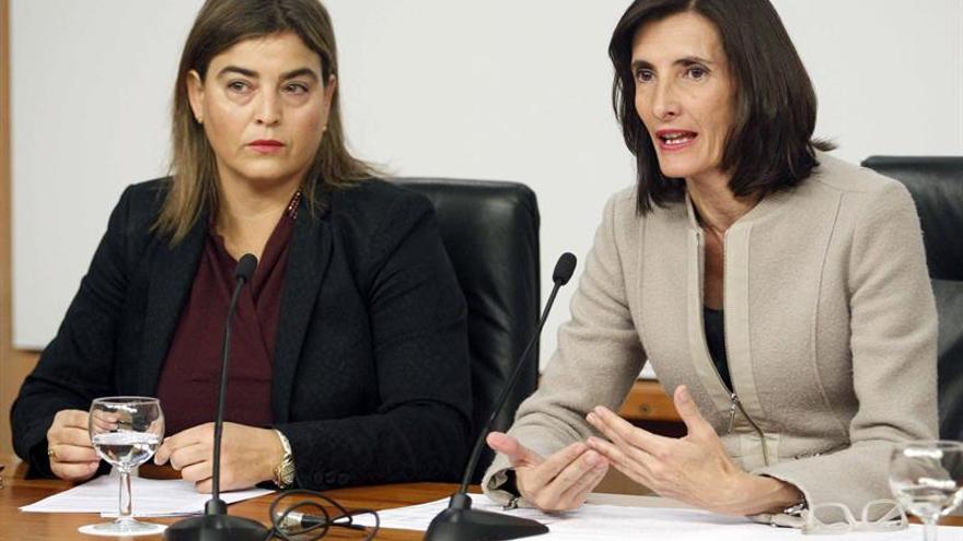 La consejera de Turismo del Gobierno de Canarias, María Teresa Lorenzo (d), junto a la gerente de Promotur, María Méndez (i)