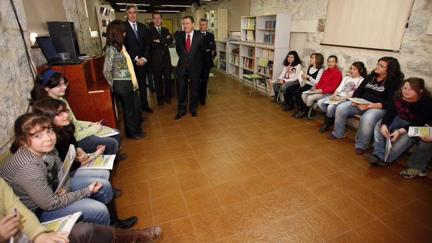 El consejero de Educación de Castilla y León, Juan José Mateos, durante la visita de un centro en Ávila.