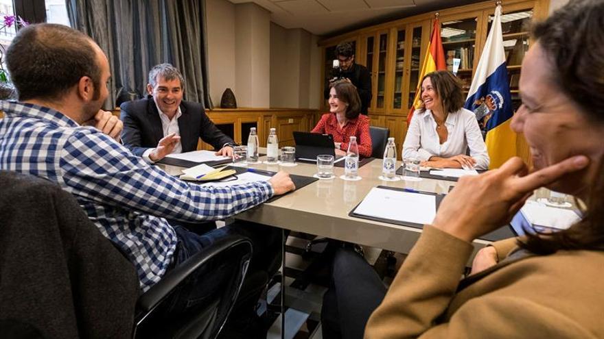 El presidente del Gobierno de Canarias, Fernando Clavijo (2i), acompañado por la consejera de Cultura, María Teresa Lorenzo (c), reunido con el presidente y la vicepresidenta de la Asociación de Cineastas de Canarias Microclima Victor Moreno (i) y Cris Noda (d)