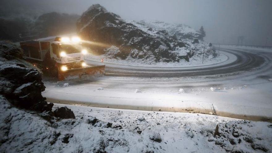 Seis puertos con cadenas y una carretera cortada en Asturias por la nieve