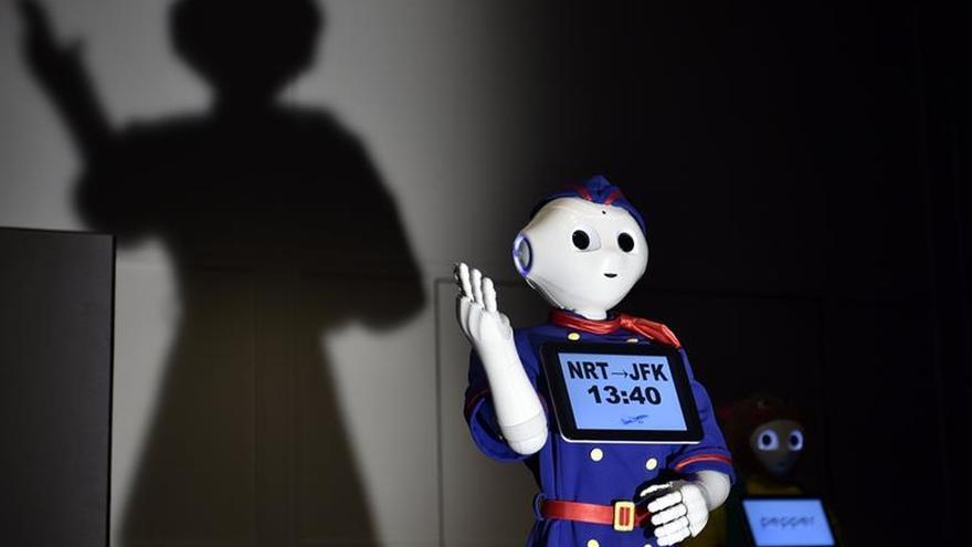 El robot Pepper se sube a la pasarela en Tokio con sus nuevos uniformes