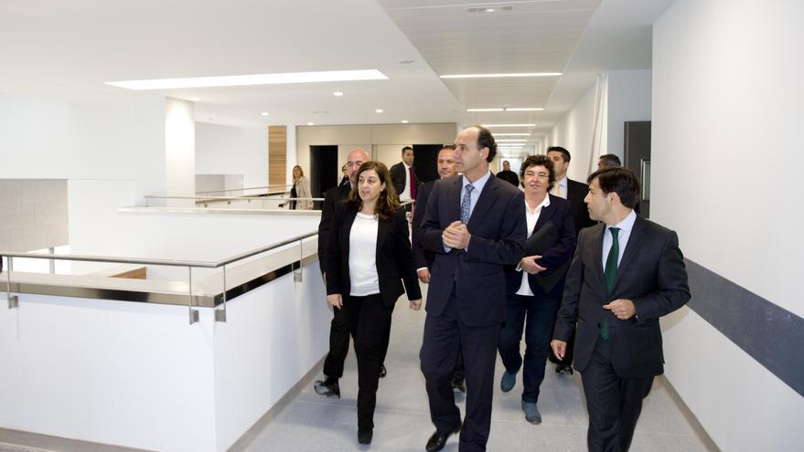 El presidente de Cantabria, Ignacio Diego, durante su visita al Hospital de Valdecilla en plena campaña.