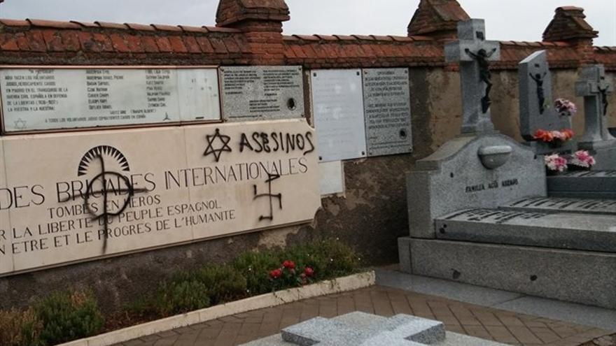 Pintan con símbolos nazis y antisemitas las tumbas de las Brigadas Internacionales del cementario de Fuencarral