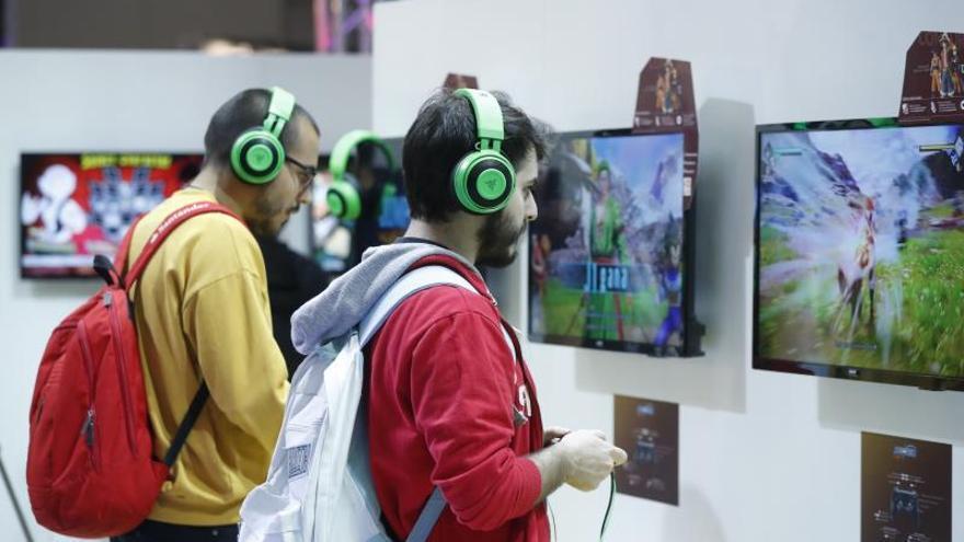 Dos jovenes en la edición del año pasado de Madrid Games Weekl.