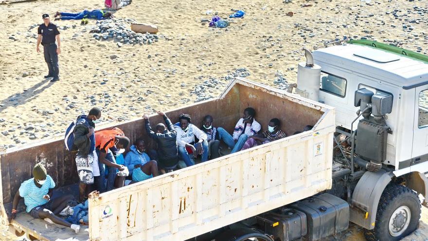 Momento del traslado de los inmigrantes llegados a Maspalomas en un camión de basura del Ayuntamiento. Foto: Giorgio  Felice  RAPETTI.