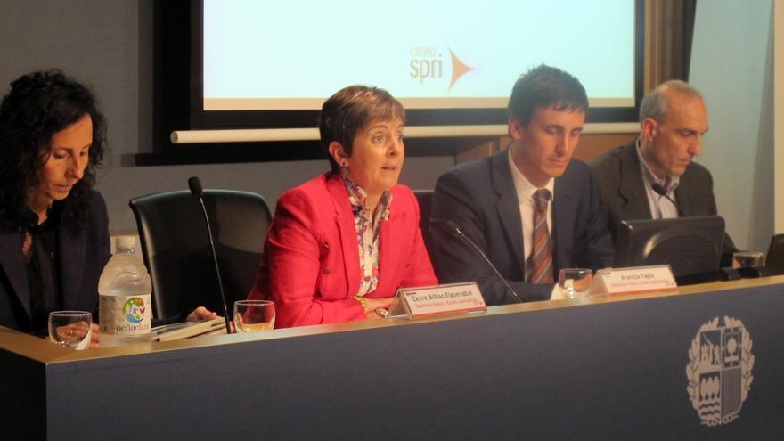 La consejera de Desarrollo Económico, Arantza Tapia, junto al director del Grupo SPRI Alexander Arriola.