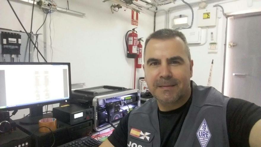 José Antonio Méndez, frente a un equipo de radio (Imagen: Cedida por José Antonio Méndez)