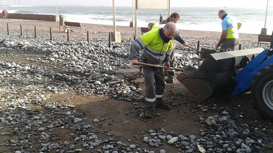 El Ayuntamiento de Las Palmas de Gran Canaria ha retirado cerca de 4.000 kilos de piedras en la zona del paseo de San Cristóbal.