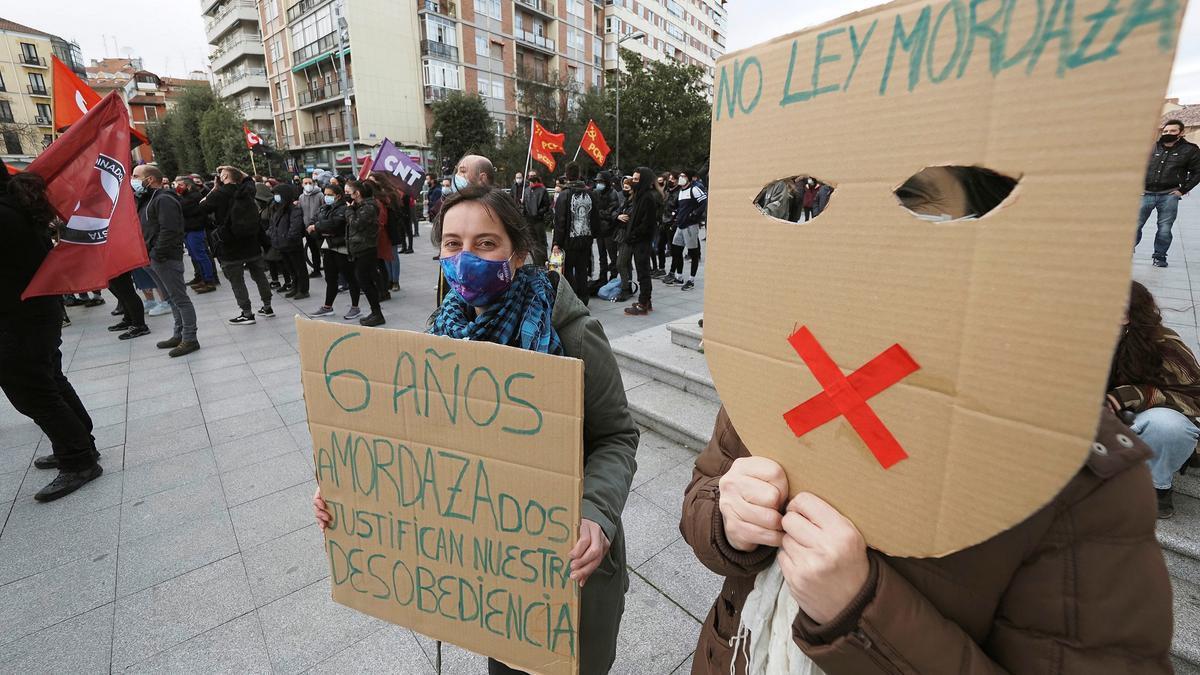 Asistentes a la concentración en protesta por el reciente encarcelamiento del rapero Pablo Hasél, este viernes en Valladolid. EFE/R. GARCÍA