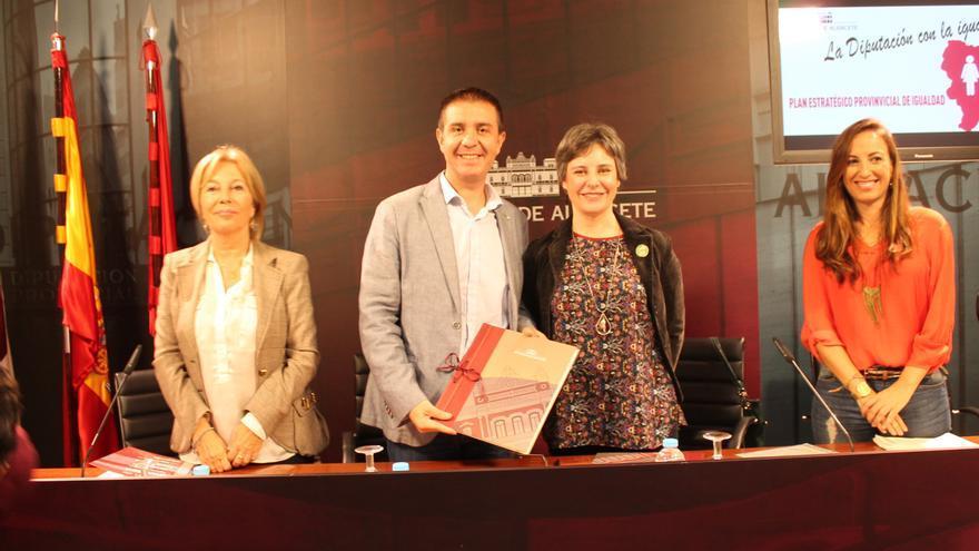 Firma del convenio entre Araceli Martínez y Santiago Cabañero / JCCM