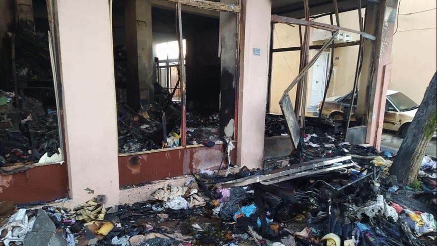 Almacén con ropa para refugiados incendiado en la isla de Quíos