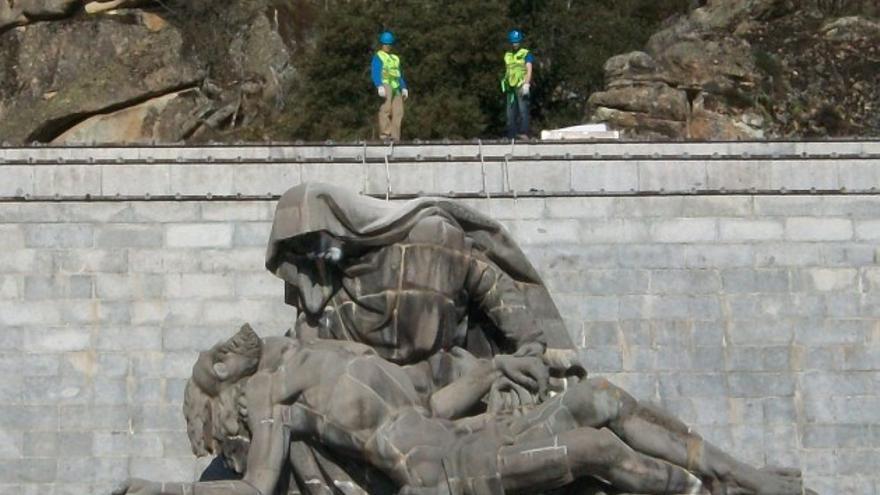 Técnicos de Patrimonio Nacional trabajan en La Piedad del Valle de los Caídos. / Javier García-Guinea
