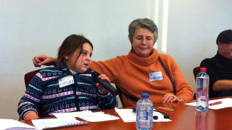 Valica, de 10 años, explica en el Parlamento Europeo por qué algunos de sus hermanos no estudian./ L.O.