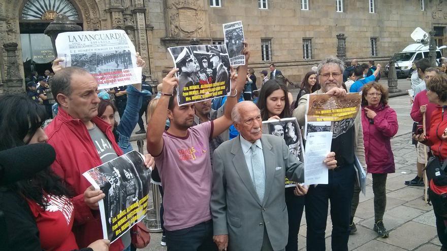 Darío Rivas en la plaza del Obradoiro, intentando entregarle la carta a Merkel / ARMH