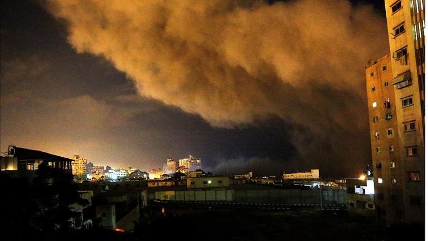 Columnas de humo sobre Gaza por la noche tras los ataques del martes.