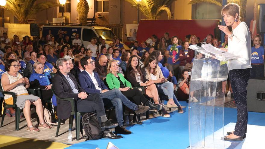 Onalia Bueno, en un acto de campaña junto a Fernando Clavijo y Pablo Rodríguez. (ALEJANDRO RAMOS)