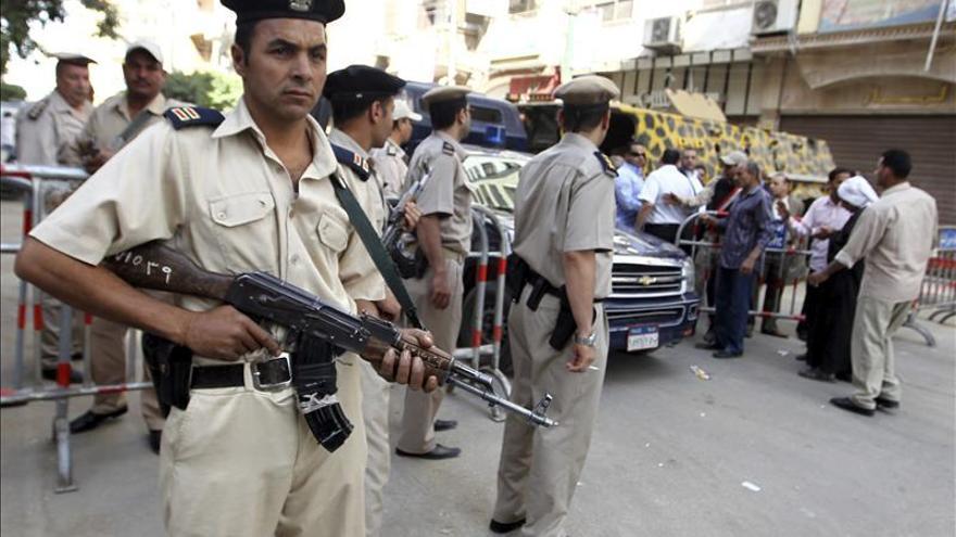 Condenan a muerte a doce islamistas por el asesinato de un policía en Egipto