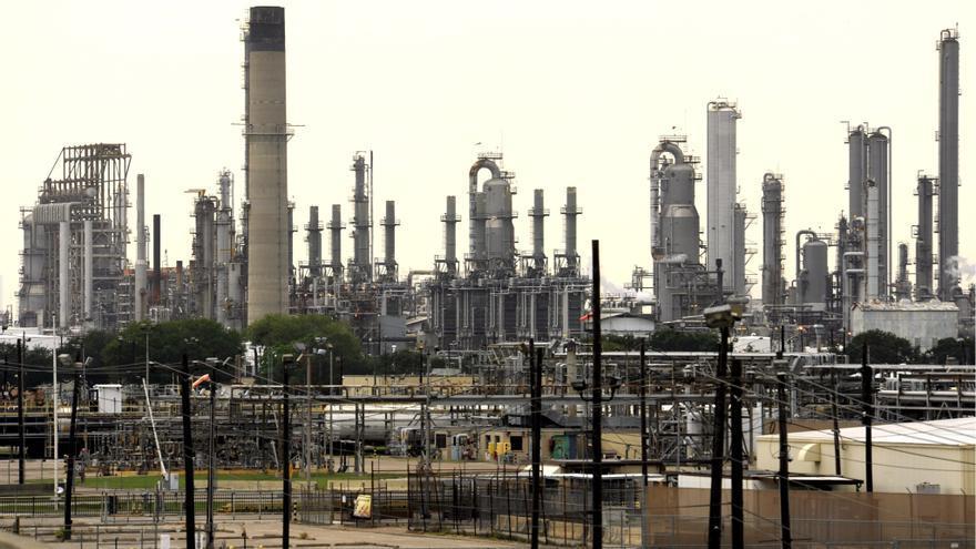 La AIE revisa al alza su previsión de la demanda global de petróleo en 2021