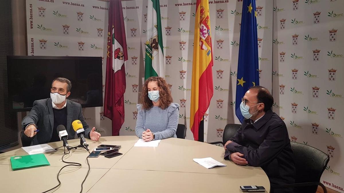 Alfonso Rojano (dcha.), en una rueda de prensa del 26 de noviembre junto a ediles del PSOE e IU.
