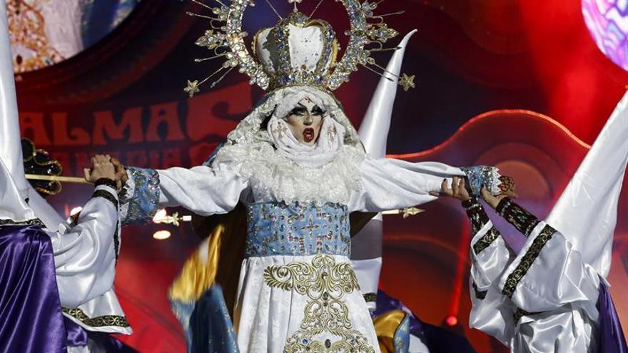 'Drag Sethlas', con la fantasía '¡Mi cielo yo no hago milagros. Que sea lo que Dios quiera'. EFE/Elvira Urquijo