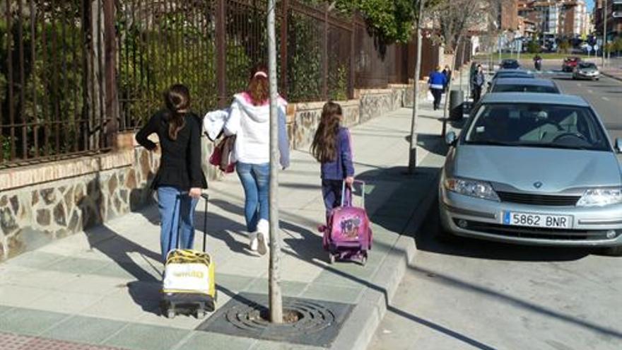Niños acuden al colegio