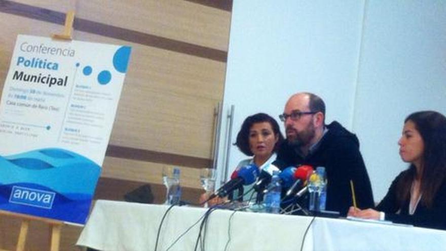 Noriega, coportavoz de Anova, en rueda de prensa con Cristina Amor (izquierda) y Esther Duro
