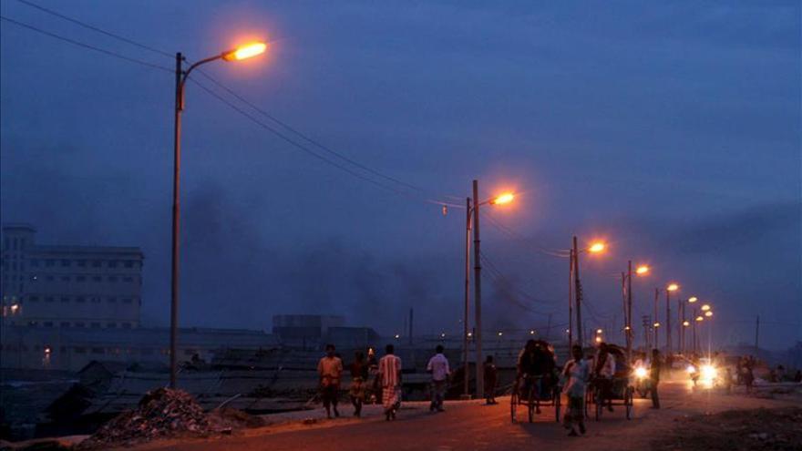 Bangladesh sufre un corte general de electricidad que deja al país a oscuras