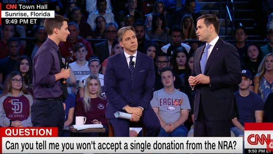 El senador republicano Marco Rubio frente al joven Cameron Kasky, superviviente del tiroteo