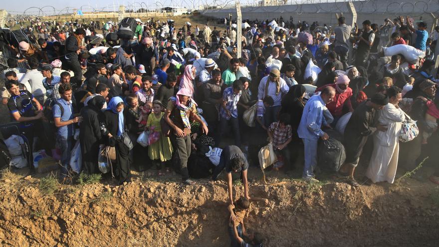 Tras pasar la verja, las familias de refugiados se encontraron frente a un profundo foso y también un campo de minas, que lograrojn evitar por el aviso de las fuerzas armadas turcas, según informa EFE. / (AP Photo/Lefteris Pitarakis).