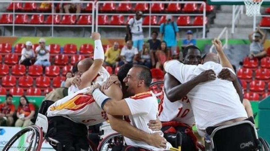 La selección española de baloncesto en silla de ruedas celebra su medalla de plata/ EFE