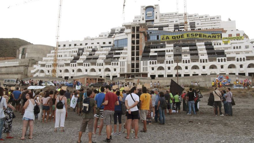 """Greenpeace exige el """"desmantelamiento inmediato"""" del Algarrobico"""