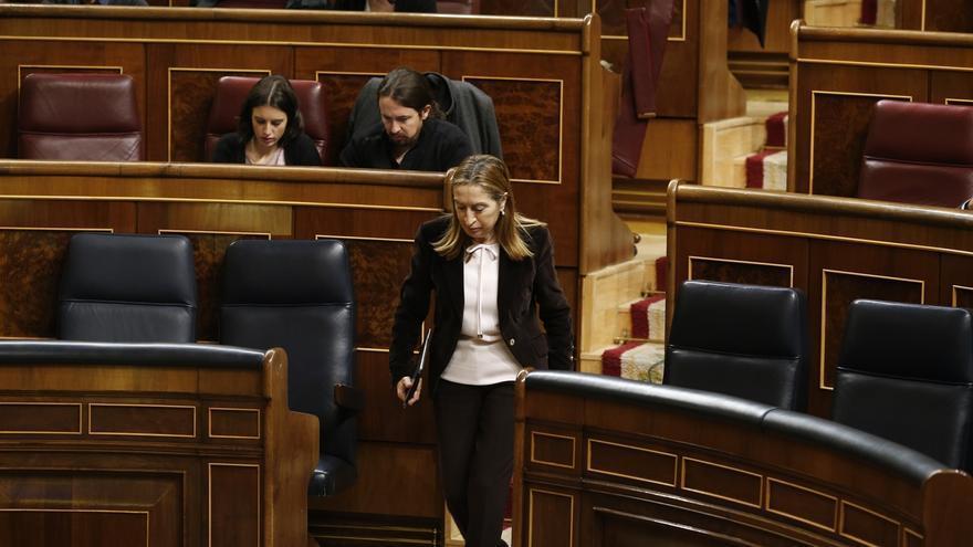 La presidenta del Congreso, Ana Pastor, pasa junto a Pablo Iglesias e Irene Montero, sentados en sus escaños.