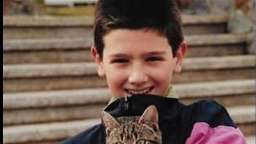 Albert Rivera de pequeño con su gato, imagen compartida por el líder de Ciudadanos en Facebook.