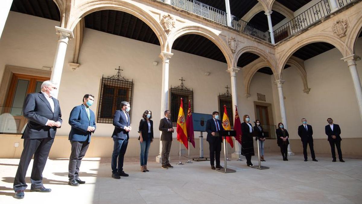 Nuevo Gobierno murciano en el patio del Palacio de San Esteban