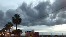 Personal del servicio de limpieza de Santa Cruz de La Palma barriendo la Avenida Marítima a primera horas de este martes.