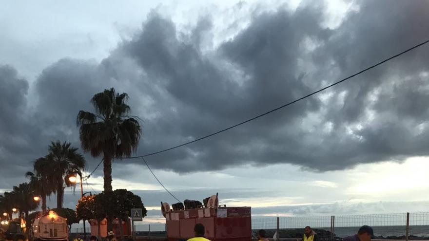 Personal del servicio de limpieza de Santa Cruz de La Palma barriendo la Avenida Marítima a primeras horas de este martes..