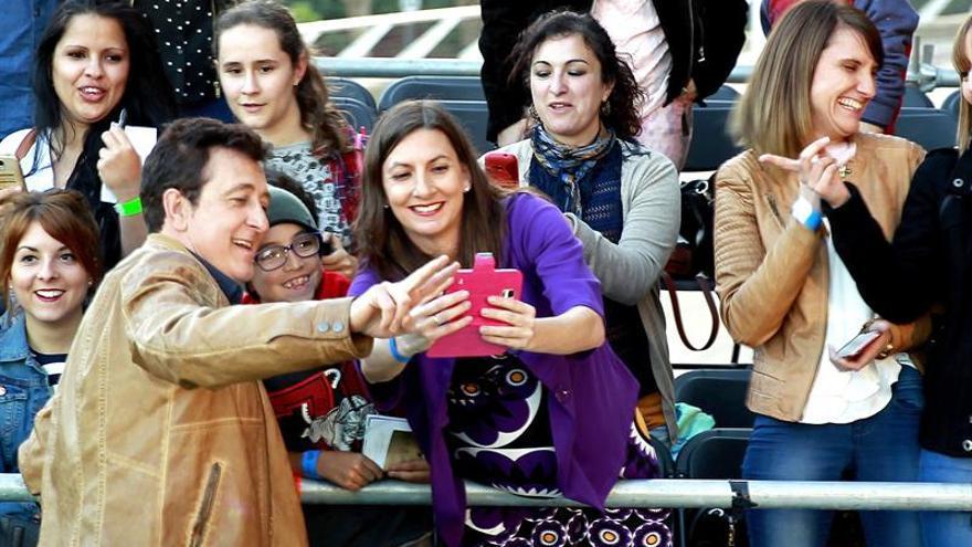 El cantante Manolo García sacándose una fotografía con una de sus fans./ Cristóbal García (EFE)