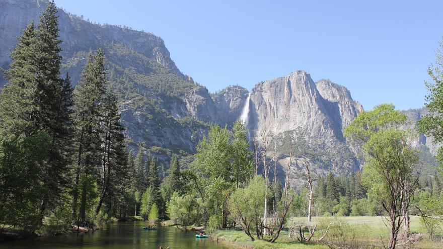 la imponente Yosemite Fall desde el cauce del Río Merced. Holiday Point (CC)