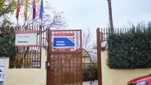 Puerta de entrada del colegio público Aravaca. / Patricia Garcinuño
